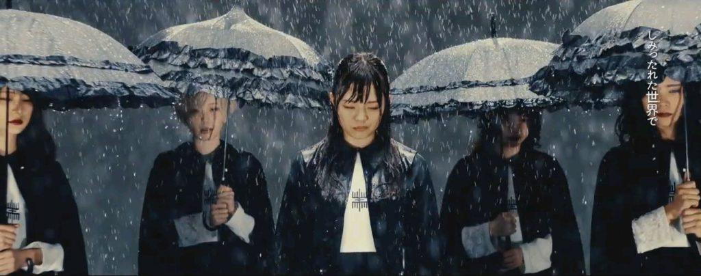 YUKA EMPiREが雨の中ひとり